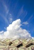 Nuages dans le ciel avec des dollars Photographie stock libre de droits