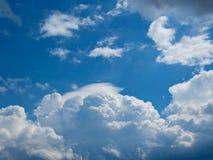 Nuages dans le ciel bleu Photographie stock libre de droits