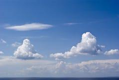 Nuages dans le ciel bleu Photos libres de droits