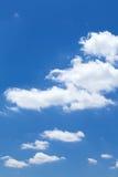 Nuages dans le ciel bleu Photos stock