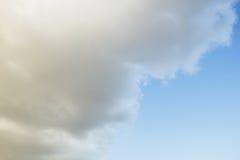 Nuages dans le ciel bleu Photo stock