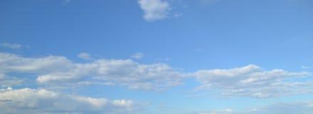 Nuages dans le ciel bleu Image stock