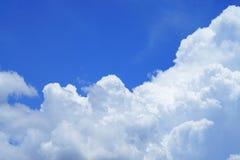 Nuages dans le ciel bleu Image libre de droits