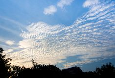 Nuages dans le ciel de coucher du soleil Photographie stock libre de droits