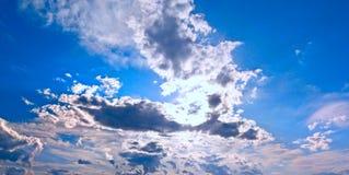 Nuages dans le ciel de coucher du soleil Image stock