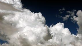 Nuages dans le ciel foncé le jour pluvieux photos libres de droits