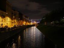 Nuages dans le ciel nocturne Passerelle la nuit images libres de droits