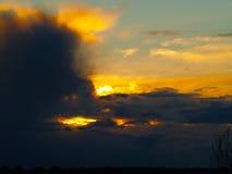 Nuages dans le coucher du soleil images stock