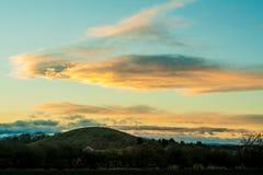 Nuages dans le coucher du soleil au-dessus de Nelson Hill Photo libre de droits