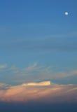 Nuages dans le temps de coucher du soleil en Maldives Image stock