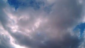 Nuages dans le timelapse de ciel bleu banque de vidéos