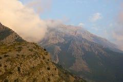 Nuages dans les montagnes photos stock