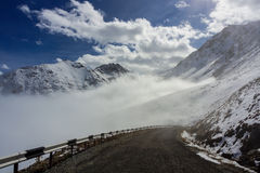 Nuages dans les montagnes Photo stock