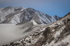 Nuages dans les montagnes de l'aile du nez-Archa images stock