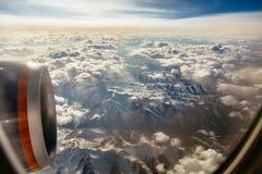Nuages dans montagnes avec la neige vers le haut du côté Photographie stock libre de droits