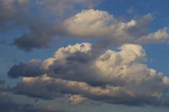 Nuages dans un ciel bleu images stock