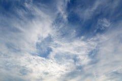 Nuages dans un ciel bleu photos stock