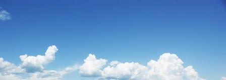 Nuages de blanc de ciel bleu. Photos libres de droits