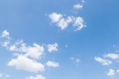 Nuages de blanc de ciel bleu Image libre de droits
