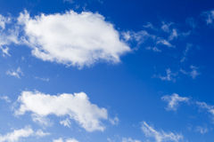 Nuages de blanc de ciel bleu Photo stock