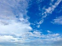 Nuages de blanc de ciel bleu Photo libre de droits