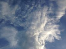 Nuages de bleu de ciel Photo stock