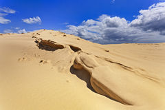 Nuages de bord de dunes de sable Images stock