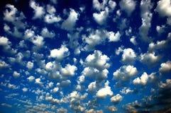 Nuages de ciel bleu image stock