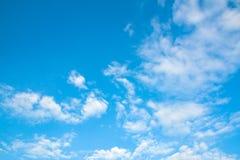 Nuages de ciel bleu Photo stock