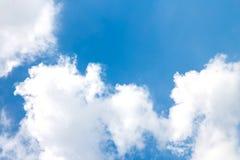 Nuages de ciel bleu Images stock