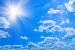 Nuages de ciel bleu de beauté Photo stock