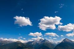 Nuages de ciel de paysage de crête de montagne Images libres de droits