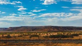 Nuages de cieux bleus de formations de canyon de l'Arizona images libres de droits