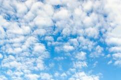 nuages de Cirro-cumulus en ciel bleu, fond photo libre de droits