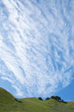 Nuages de Cirrocumulus et flanc de coteau de source Photo libre de droits