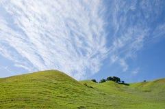 Nuages de Cirrocumulus et flanc de coteau de source Images stock
