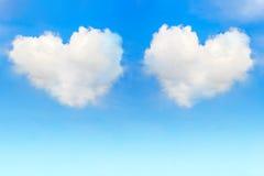 Nuages de coeur en ciel bleu Image libre de droits