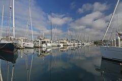 Nuages de coton donnant sur une marina Photo libre de droits