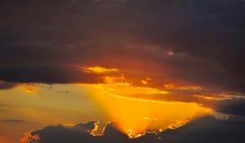 Nuages de coucher du soleil photos stock