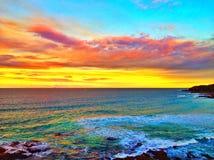 Nuages de coucher du soleil au-dessus d'océan Images libres de droits