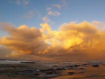 Nuages de coucher du soleil au-dessus de l'Océan Indien, côte sauvage Images stock