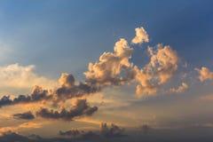 Nuages de coucher du soleil de cumulus avec l'établissement du soleil image libre de droits
