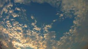 Nuages de coucher du soleil de cumulus avec l'établissement du soleil banque de vidéos