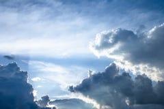 Nuages de coucher du soleil de cumulus avec l'?tablissement du soleil photos stock