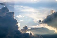 Nuages de coucher du soleil de cumulus avec l'?tablissement du soleil image stock