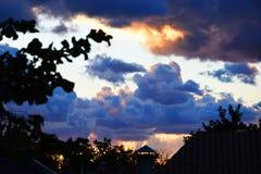 Nuages de coucher du soleil de cumulus avec le soleil photographie stock libre de droits