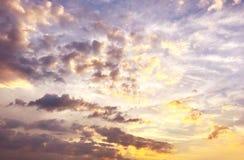 Nuages de coucher du soleil de cumulus avec le soleil photographie stock