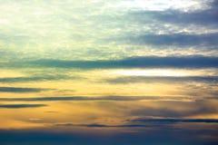 Nuages de coucher du soleil de cumulus avec le soleil coloré établissant photos libres de droits
