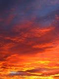 Nuages de coucher du soleil d'enfer Image stock