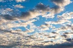 Nuages de coucher du soleil de cumulus avec l'établissement du soleil photos libres de droits